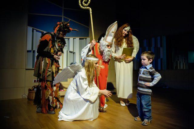 Mikuláš, čert a anděl obchází děti každý rok