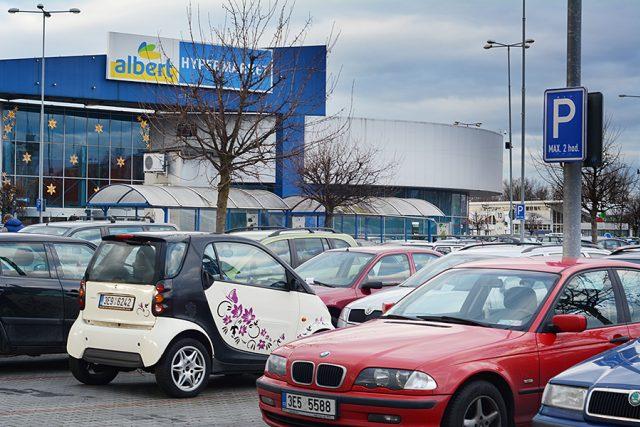 Parkoviště u hypermarketu Albert