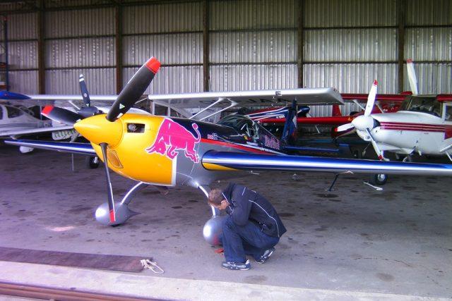 Martin Šonka kontroluje po příchodu do hangáru své letadlo za 10 milionů korun | foto: Michal Jurman