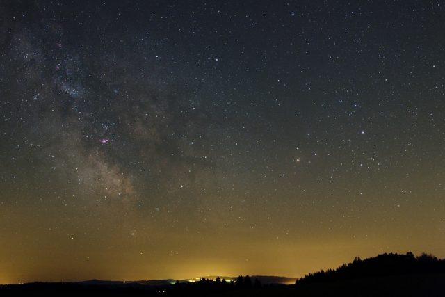 Jizerské hory a Mléčná dráha v souhvězdí Střelce a Štíra