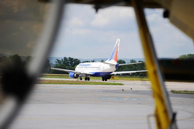 Letiště Pardubice - Boeing 737 roluje na ranvej