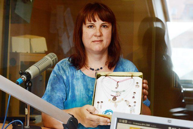 Jarka Kmochová a její stříbrné šperky