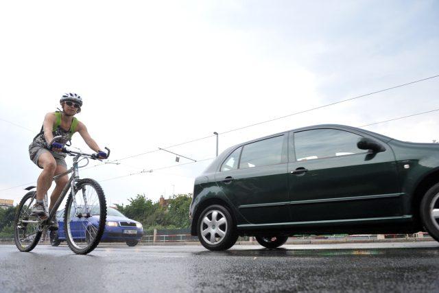 Divoká Šárka, cyklostezka, cyklista, kolo, auto, silnice, doprava
