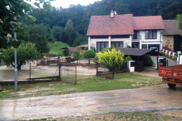Vyplavené zahrady v obci Svídnice na Rychnovsku