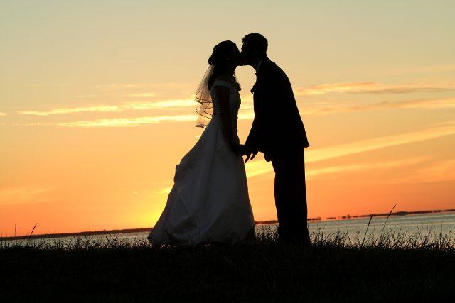 Svatba, ženich, nevěsta, polibek