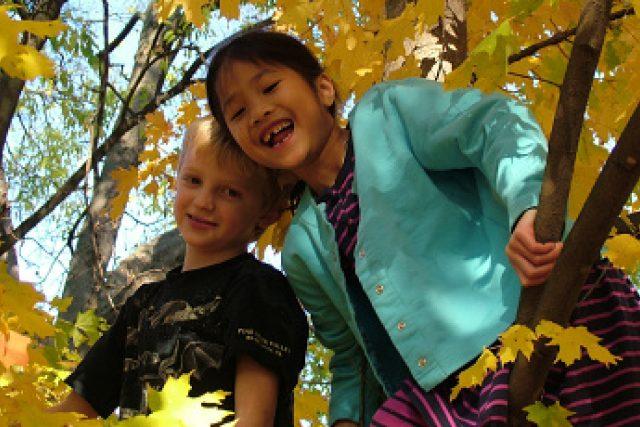 šťastné děti na podzim