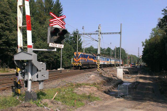 Práce na trati Pardubice - Hradec Králové probíhají ve Stéblové