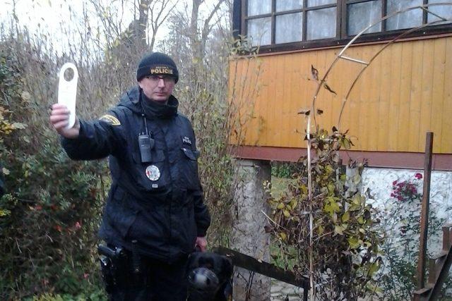 Strážník kontroluje jednu z chatek v Pardubicích