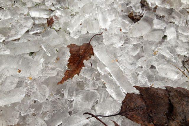 Ledovka a námraza na Třebíčsku pomalu ustupuje