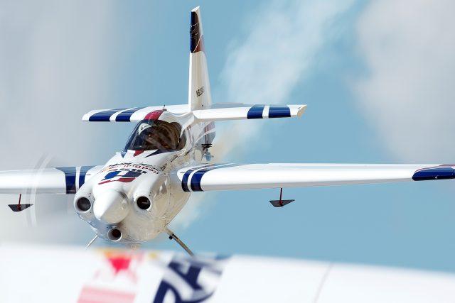 Na pardubickém letišti se představí i piloti Martin Šonka a Petr Kopfstein v ukázce Red Bull Air Race | foto: Martin Šonka