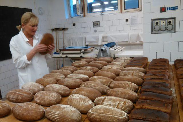 Křup, ukazuje pekařka Hana Nykodýmová