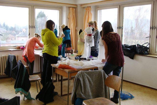 Studentky 2. ročníku oboru oděvního designu Střední školy uměleckoprůmyslové Ústí nad Orlicí