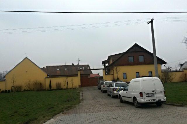 Kriminalisté prohledávají dům majitele muničního skladu ve Slatině