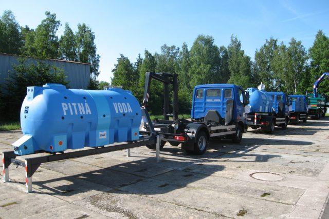 Cisterny s pitnou vodou ve skladu nouzových zásob ve středočeské obci Čachovice