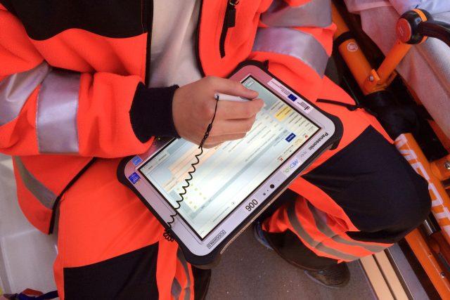 Tablet, který používají záchranáři v sanitkách ke komunikaci s nemocnicí, přijde na 60 tisíc korun