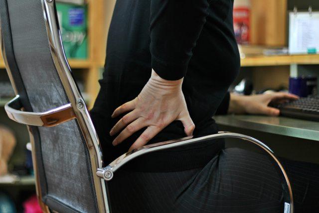 Bolest zad, záda, sezení (ilsutrační foto)