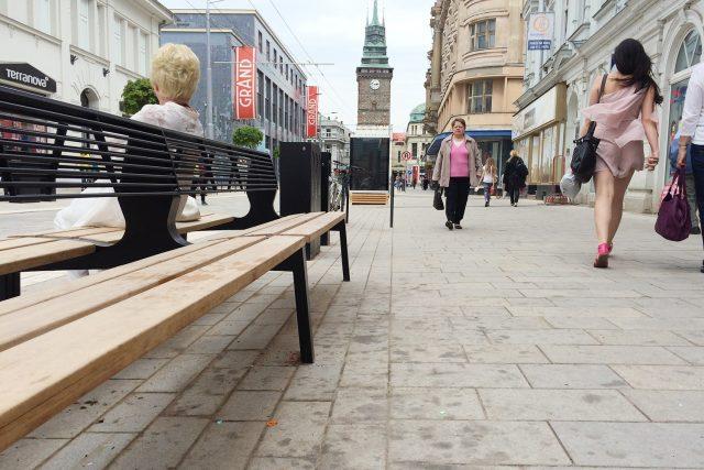 Dlažba je nejšpinavější v okolí laviček před obchody s rychlým občerstvením   foto: Honza Ptáček,  Český rozhlas