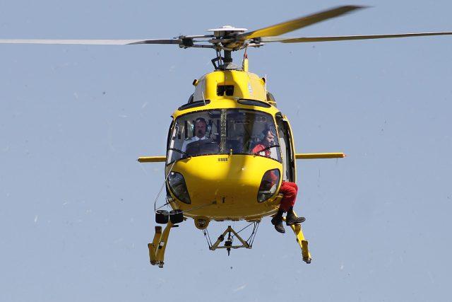 Pilot vrtulníku Daniel Tuček v akci | foto:  DSA