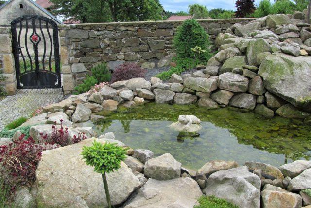 Jezírko a kovaná brána do zahrady fary