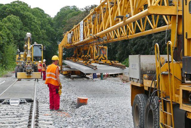 Pokládka kolejí a rekonstrukce železničních přejezdů v Chrudimi