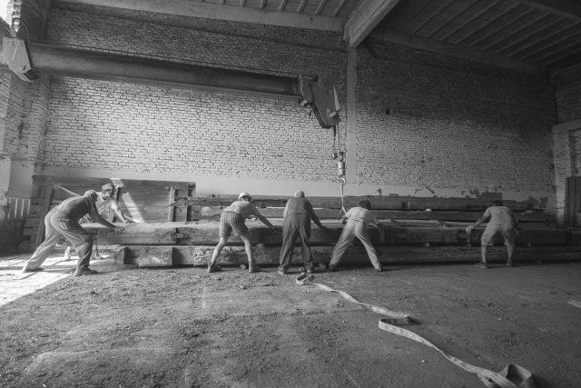 Celou stodolu bylo potřeba rozebrat a schovat pod střechu