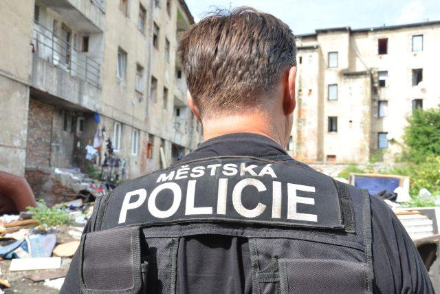 Strážník městské policie na obchůzce