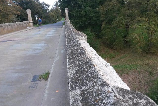 Kusy mostu podle místních odpadávají do Labe