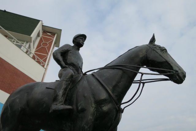 Bronzová socha prvního vítěze Velké pardubické