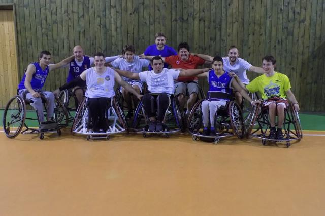 Tým Wheelchair Basket Studánka Pardubice pozval na trénink reportéra Českého rozhlasu Pavla Petra (v červeném)