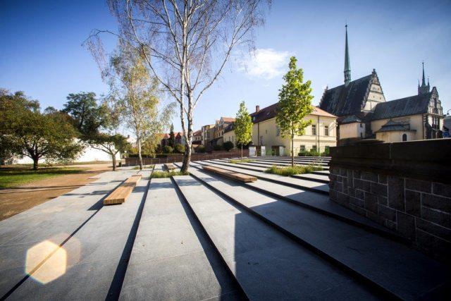 Monumentální žulové schodiště tvoří jeden ze vstupů do Tyršových sadů