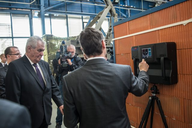 Prezident Zeman při demonstraci radaru schopného vyhledávat osoby | foto:  Pardubický kraj