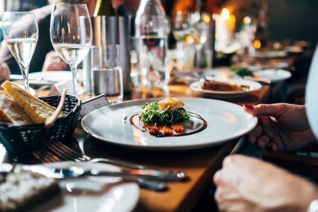 restaurace, oběd, porce, jídlo