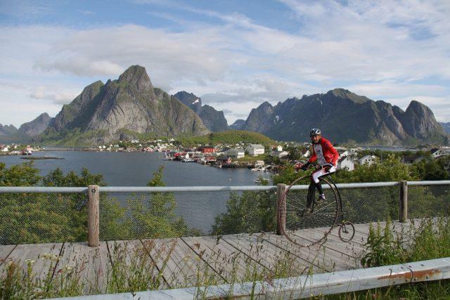 Ivan Burkert při cestě po Skandinávii na vysokém kole