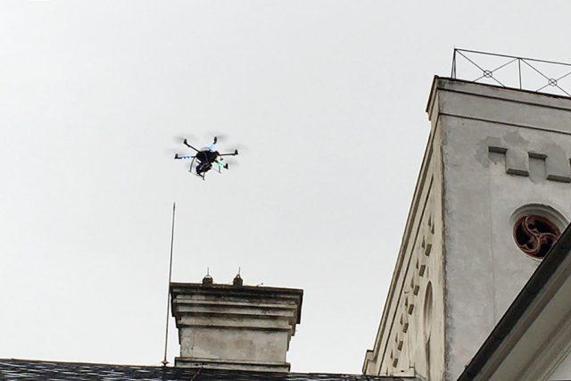 Dron snímkuje fasádu zámku ve Slatiňanech