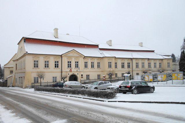 V barokním zámku v Chrasti sídlí Městský úřad a Městské muzeum