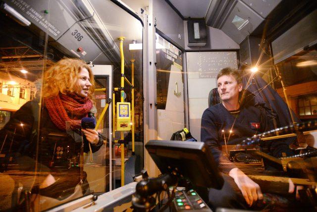 Řidič trolejbusu Karel Zvolenský vyráží na ranní směnu