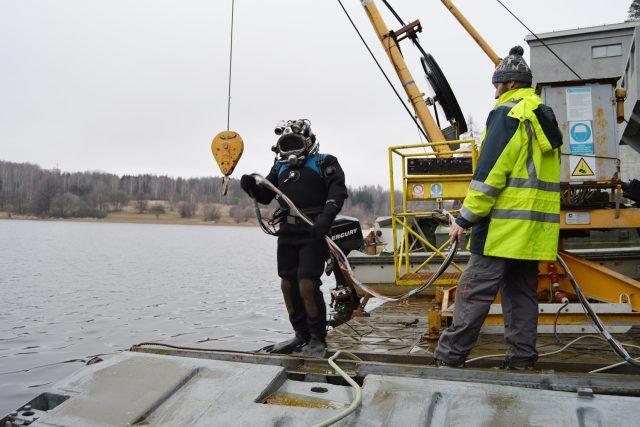 Na jeřábu mají potápěči zavěšenou například hydraulickou vrtačku