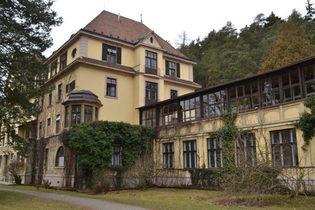 První budovy sanatoria byly postaveny podle návrhu architekta Jana Flory.JPG