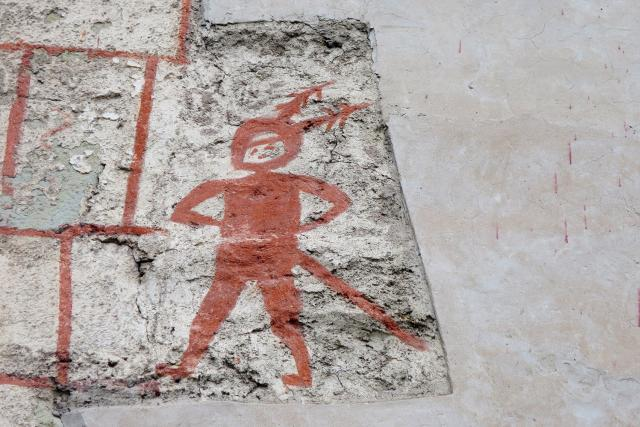 Záhadné postavy na jižní zdi kostela Nejsvětější Trojice