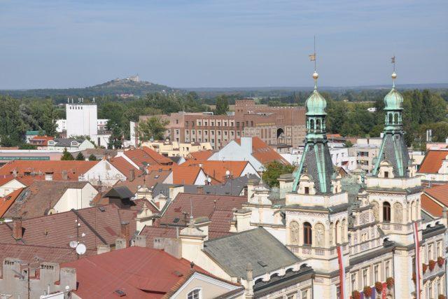 Pohled přes věže radnice na Kunětickou horu