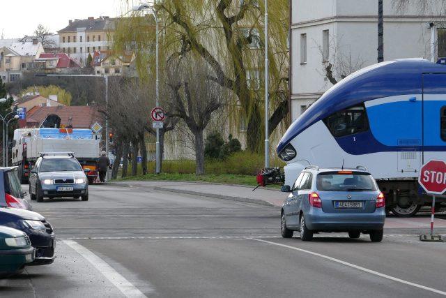 Vlaky přes přejezd ve Škroupově ulici v Chrudimi jezdí krokem