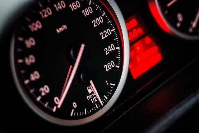 Auto, tachometr (ilustrační foto)