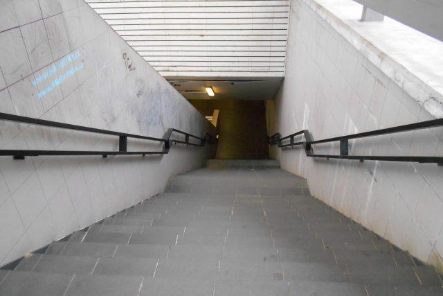 Nevábné prostory pod křižovatkou u hlavního nádraží v Plzni využívá stále méně lidí. Město řeší, co s nimi