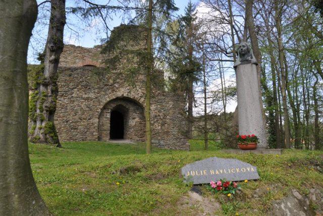 Památník manželky Karla Havlíčka Borovského Julie (rozené Sýkorové) před tvrzí v rodných Svojšicích