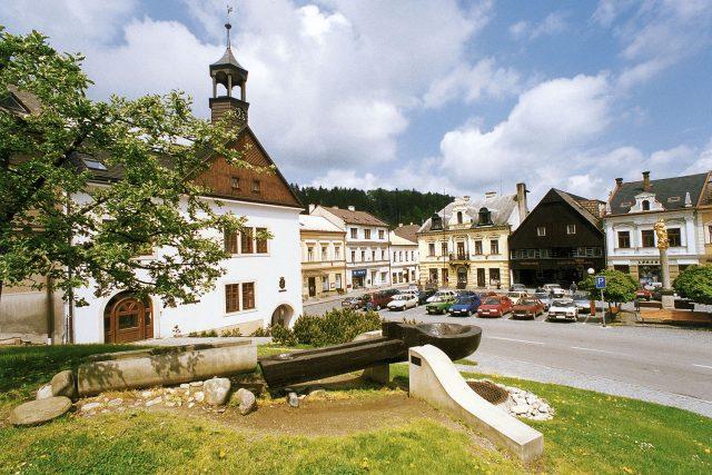 Historická fotografie první dřevěné lžíce na náměstí v Jablonném nad Orlicí