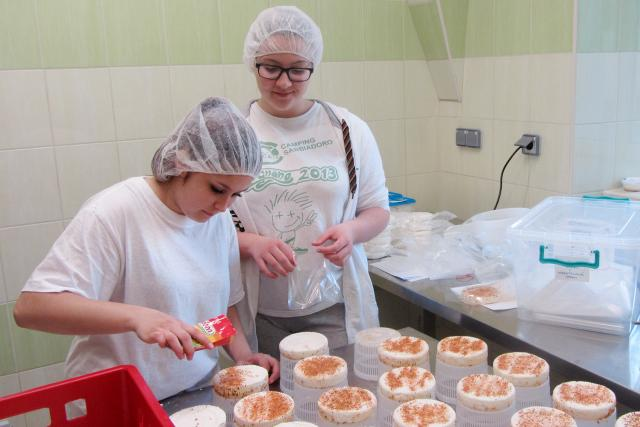 Studentky střední zemědělské školy v Lanškrouně při výrobě sýrů