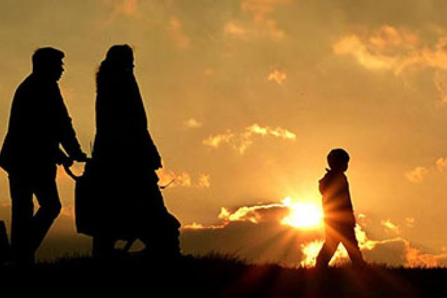 Rodina, západ slunce, silueta