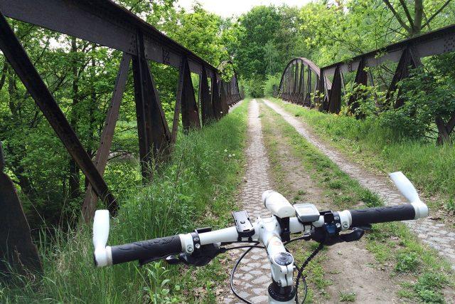"""Most """"červeňák"""" v bývalém vojenském cvičišti v Pardubicích"""