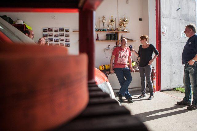 Natáčení poslední reportáže Dobráci roku, garáž SDH Rohovládova Bělá