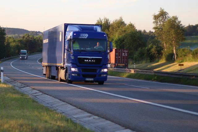 Silnici využívají nákladní auta odbočující ze silnice I/35. | foto: Milan Kopecký,  Český rozhlas,  Český rozhlas